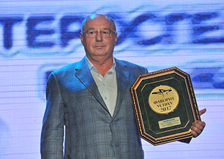 Генеральний директор компанії «Креома-Фарм» Юрій Захарович Толчеєв з медаллю препарату Ентеросгель