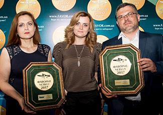 Продакт-менеджери «Мові Хелс ГмбХ» демонструють медалі Фаворитів Експертів, препаратів Мовекс и Хелпекс