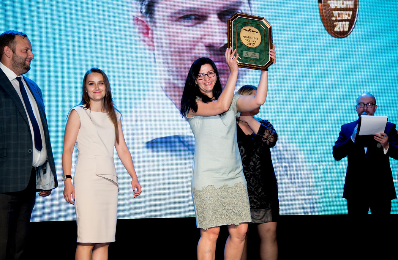 На фото: Олена Остапчук, начальник відділу оптових продажів компанії Vishpha з заслуженою нагородою ТМУрохолум— Фаворита Споживачів у категорії «Препарат для лікування захворювань нирок та сечовивідніх шляхів»