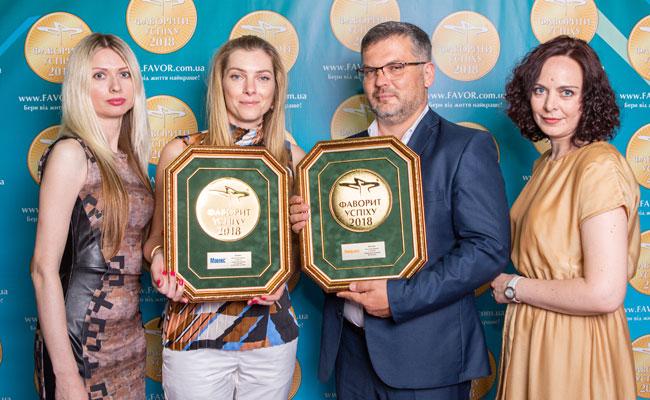 Продакт-менеджеры «Мови Хелс ГмбХ» демонстрируют медали Абсолютных Фаворитов, препаратов Мовекс и Хелпекс