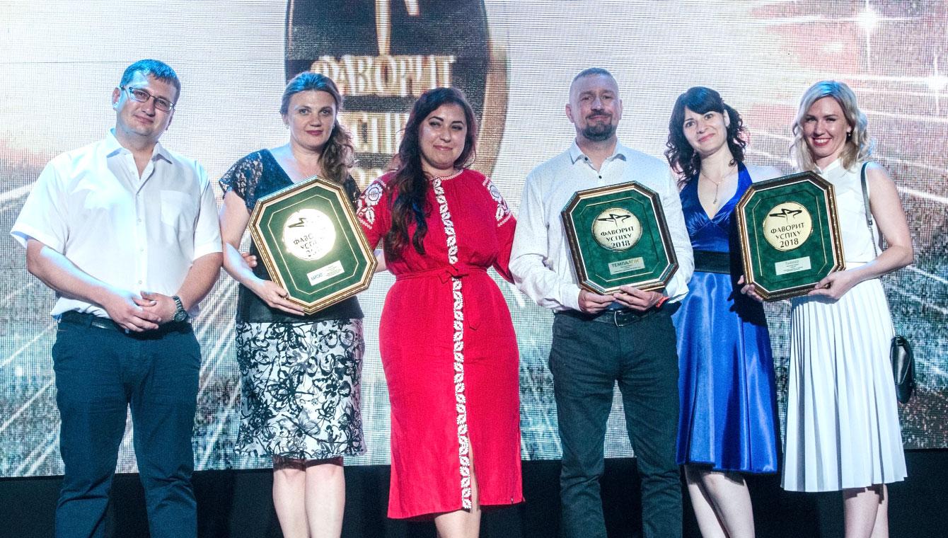 Представители группы компаний «Софарма» демонстрируют медали подтверждающие многолетнее лидерство трёх Абсолютных Фаворитов в своих категориях лекарственных средств, препаратов Карсил, Темпалгин и Табекс