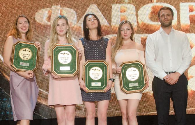 Представители компании «Софарма», рекордсмена по количеству полученных медалей, с наградами для препаратов Флеботон, Трибестан, Хигия и Бронхолитин